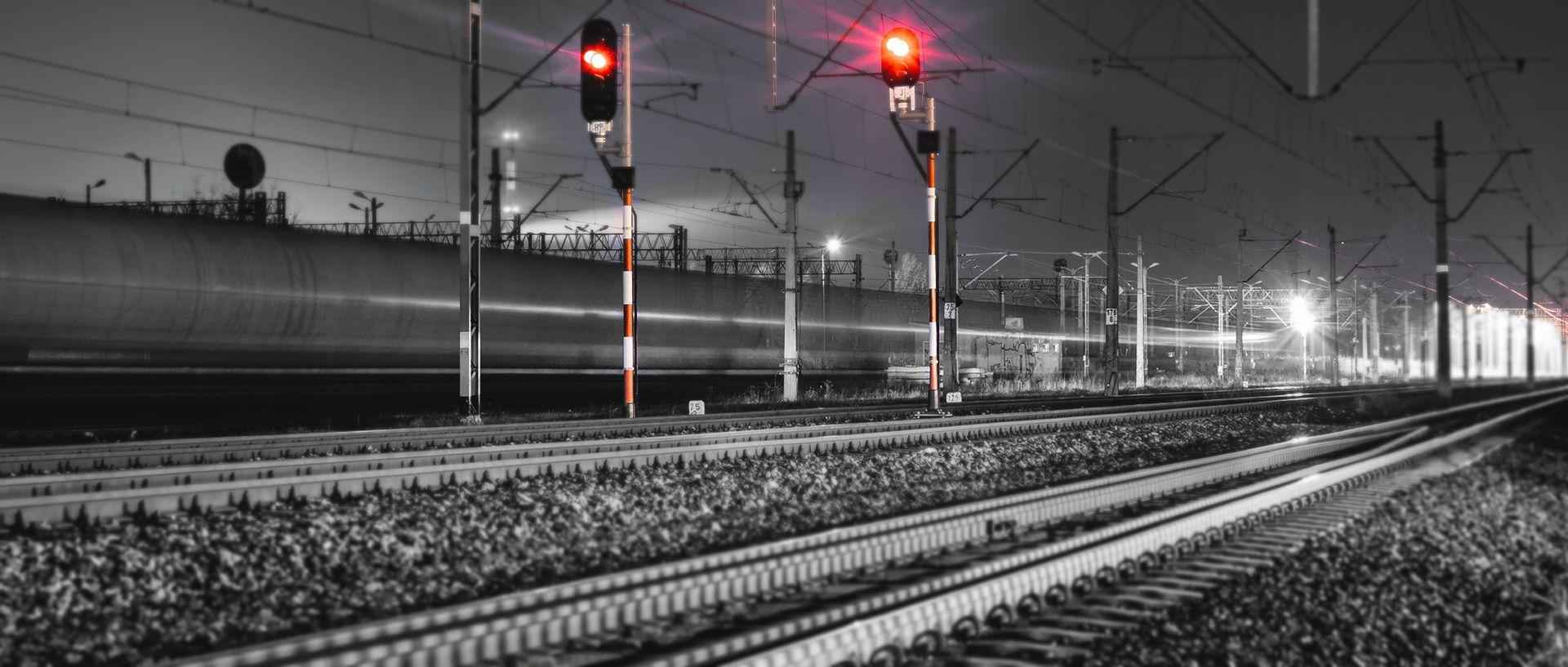 """tory kolejowe i czerwony sygnał """"stój"""""""