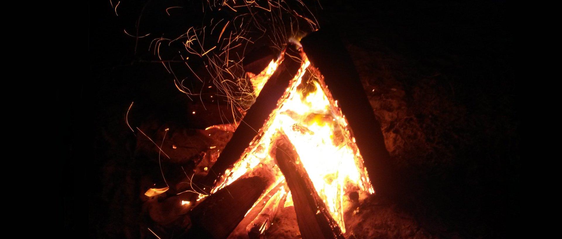 Ognisko w nocy