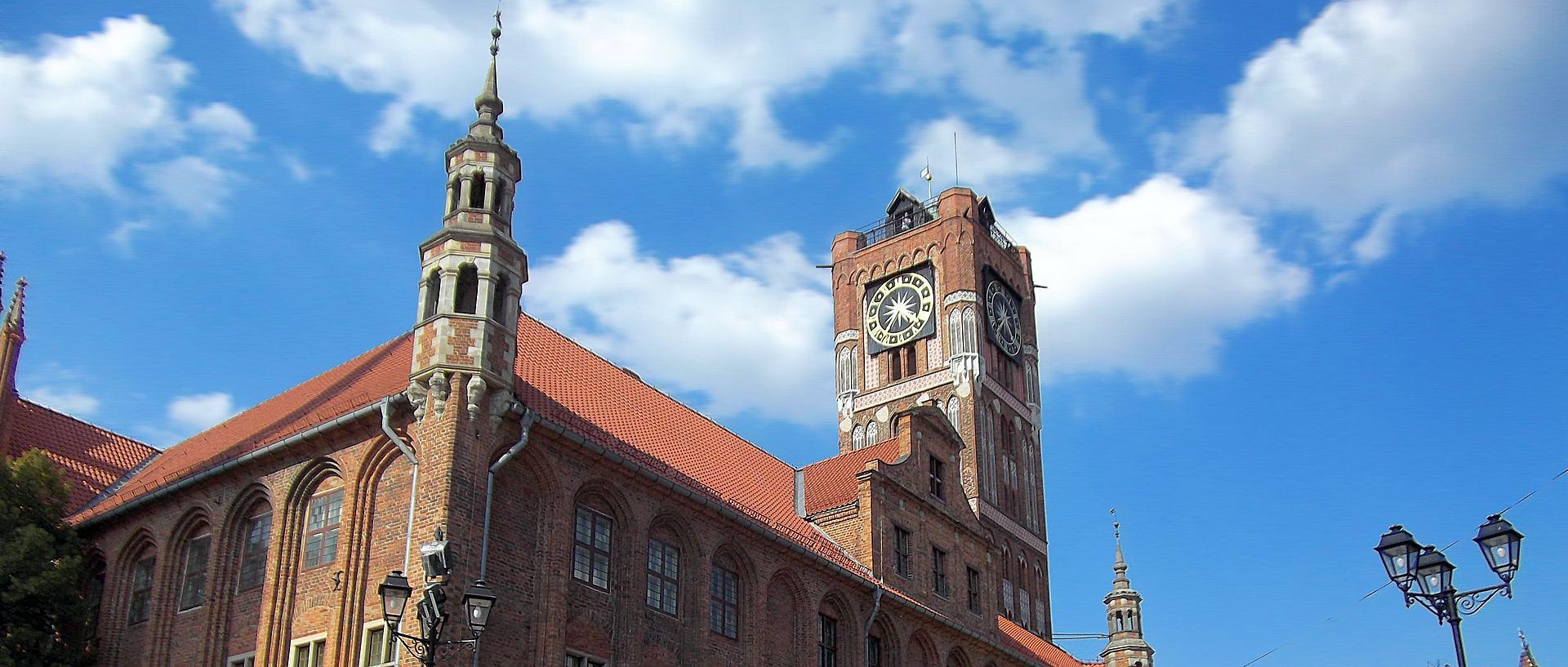 Toruń, zegar, chmury i upływ czasu